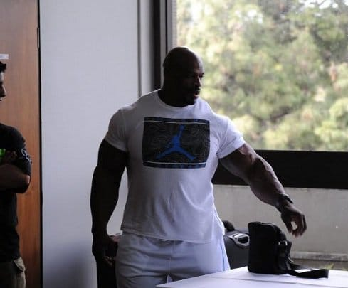 big-bodybuilders-vs-normal-clothes-4