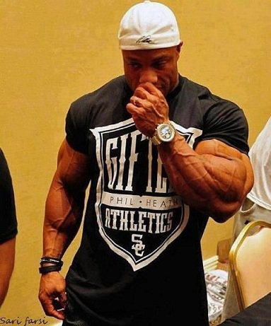 big-bodybuilders-vs-normal-clothes-5