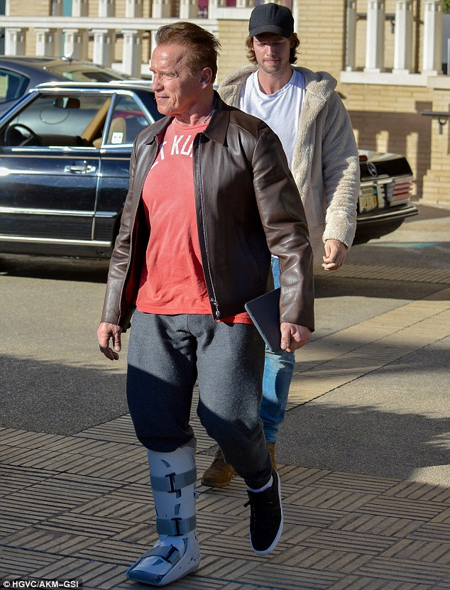 Best foot forward: He had no trouble getting around despite his brace Read more: http://www.dailymail.co.uk/tvshowbiz/article-4053912/Arnold-Schwarzenegger-says-throws-sees-ageing-body.html#ixzz4TXkA1CE3 Follow us: @MailOnline on Twitter | DailyMail on Facebook